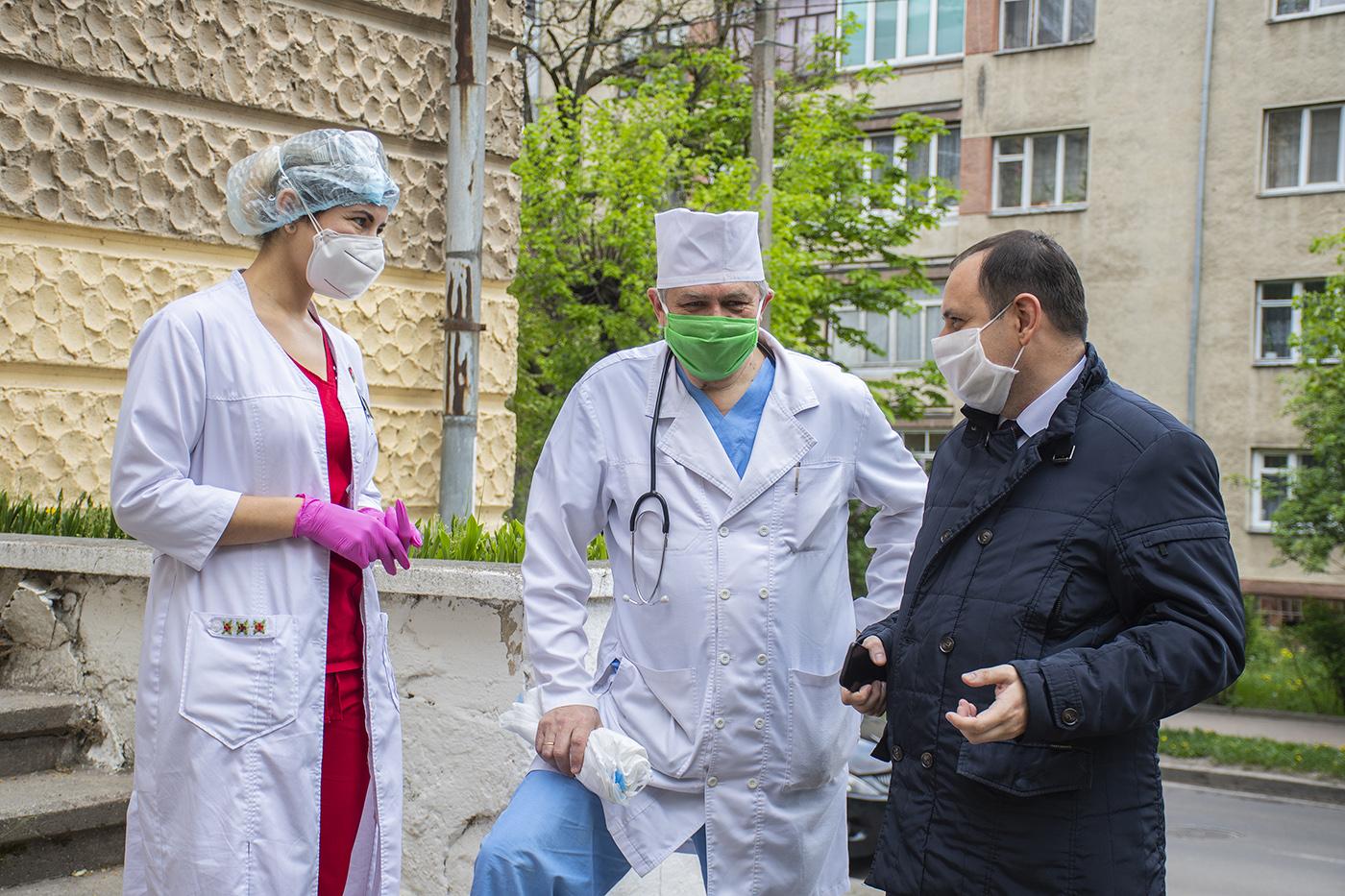 Доплати прикарпатським медикам, які лікують COVID-19, губляться в паперах